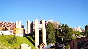 Saut de bras entre deux tours au festival de cultures urbaines d'urban Plagne.