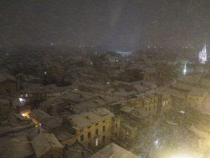 Avignon depuis le toit du Palais des Papes, un village de contes de fées couvert par la neige