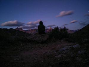 Une femme méditant le soir dans le grand Canyon.