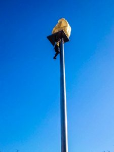 Escalade d'un poteau monumental lors du carnaval de Nice.