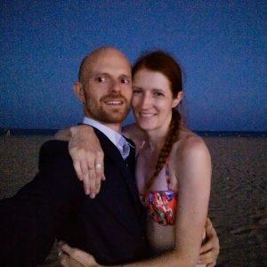 La preuve en image : moi au moins, j'ai le sens des convenances. Quelle idée d'être en maillot de bain pour ses fiançailles...