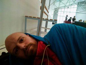 Une petite sieste pour décompresser, tandis que la tension monte chez les autres participants [en arrière-plan]